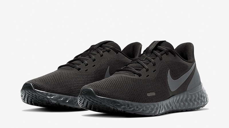 Nike-revolution-5-black-side-shot